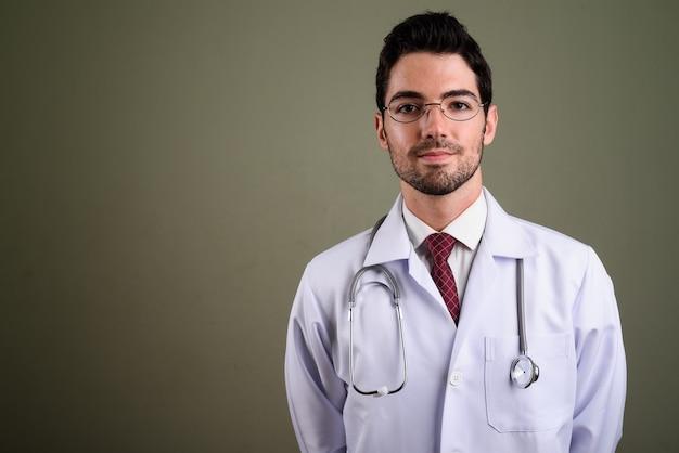 Портрет молодой красавец-врач в очках
