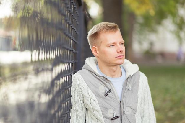 Портрет молодого красивого человека на открытом воздухе
