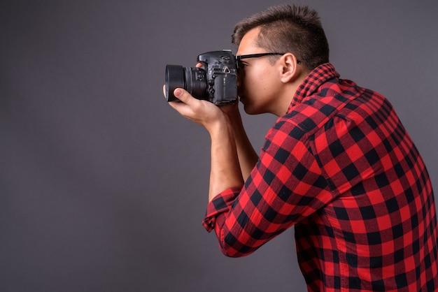 Портрет молодого красавца-фотографа с камерой