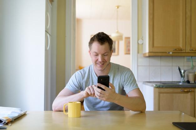 自宅でリラックスした若いハンサムな男の肖像画