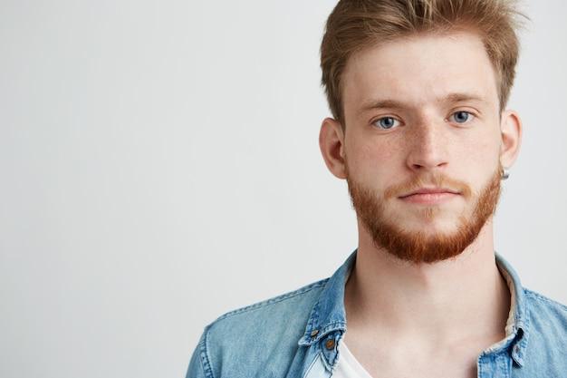 Портрет молодой красавец с бородой.