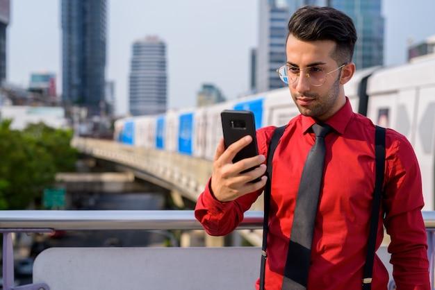 Портрет молодого красивого персидского бизнесмена, изучающего город бангкок, таиланд