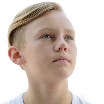 白に対して分離されたブロンドの髪を持つ若いハンサムなスカンジナビアの少年の肖像画