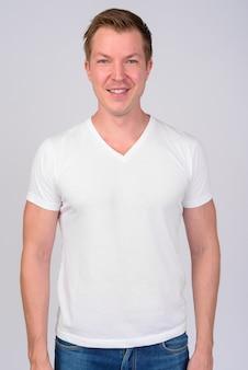 白地に若いハンサムなスカンジナビアの男の肖像画