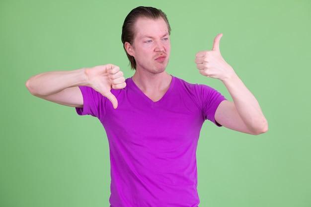 크로마 키에 대해 보라색 셔츠를 입고 젊은 잘 생긴 스칸디나비아 남자의 초상화