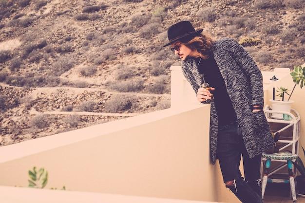 Портрет молодой красивой модной модели в черно-белом стоя на открытом воздухе