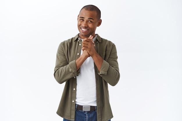 젊은 행복한 아프리카계 미국인 남자의 초상화는 칭찬에 감사하며 미소를 지으며 도움을 감사합니다.
