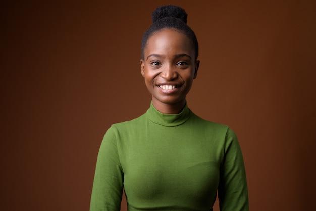 Портрет молодой счастливой африканской деловой женщины зулу улыбается