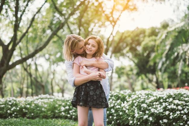 ヤングハッピー美しい母と娘の抱擁の肖像画。