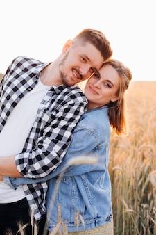 Портрет молодой счастливой пары, ожидающей ребенка. беременность и уход. чудо новой жизни. счастья и нежности. забота и внимание. здоровый образ жизни. прогулки на природе.