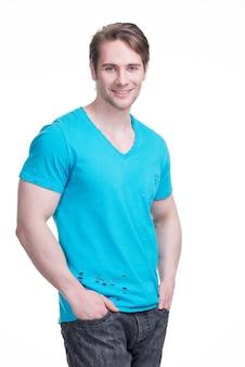 Портрет молодого счастливого человека в голубой рубашке - изолированный на белизне.