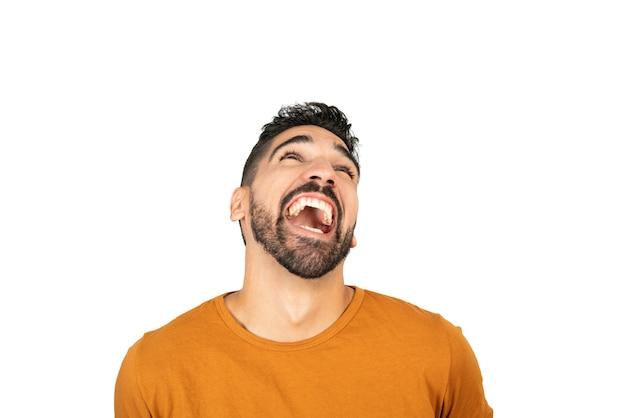 白いスペースに笑みを浮かべて若い幸せな男の肖像画