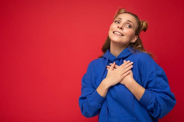 성실한 감정을 가진 두 개의 뿔을 가진 젊은 행복 긍정적 인 귀여운 아름다운 금발의 여자의 초상화
