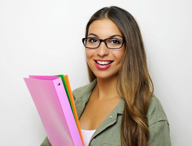 Портрет молодой счастливой улыбающейся деловой женщины с папками