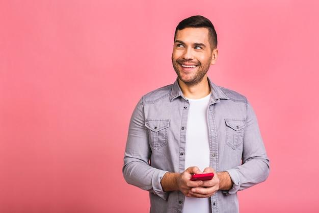 Портрет молодого счастливого улыбающегося человека в случайном вводе sms