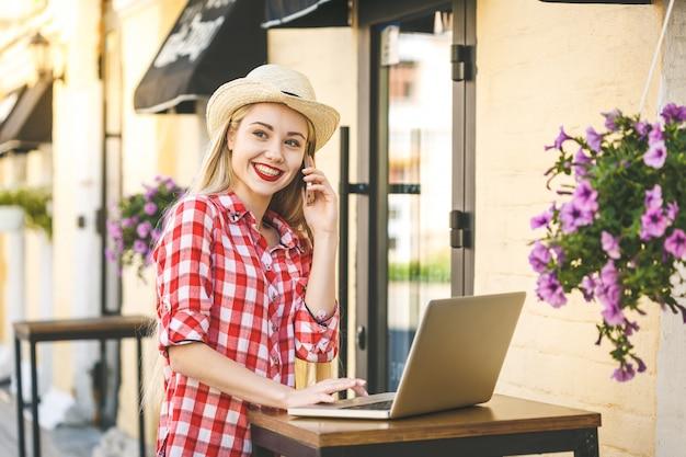 若い幸せな笑顔の女性の肖像画。オンラインショッピング。ラップトップ付き。