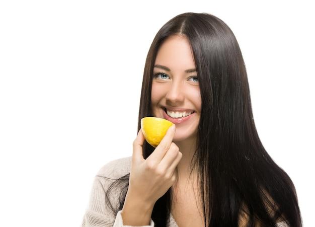 レモンと若い幸せな笑顔の女性の肖像画