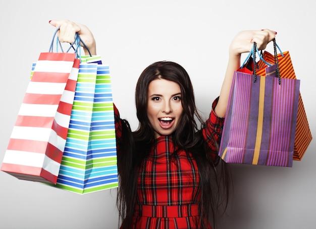 쇼핑백과 젊은 행복 하 게 웃는 여자의 초상화