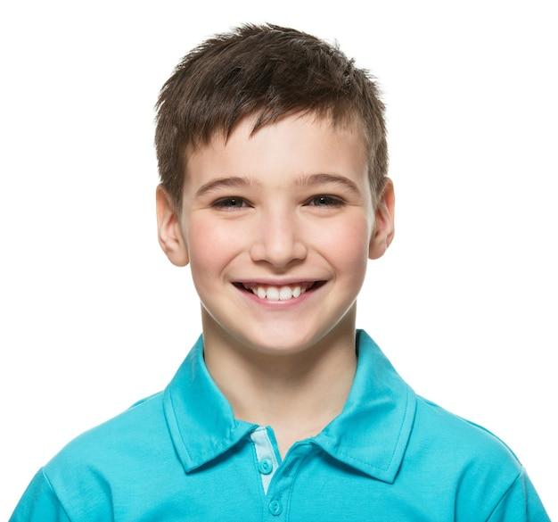 カメラを見ている若い幸せな十代の少年の肖像画。