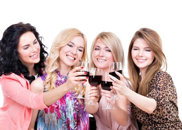 楽しんで赤ワインを飲む若い幸せな女性の肖像画-白で隔離