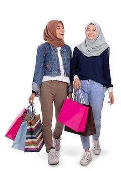 ショッピングの後歩いて若いヒジャーブ女性の肖像画