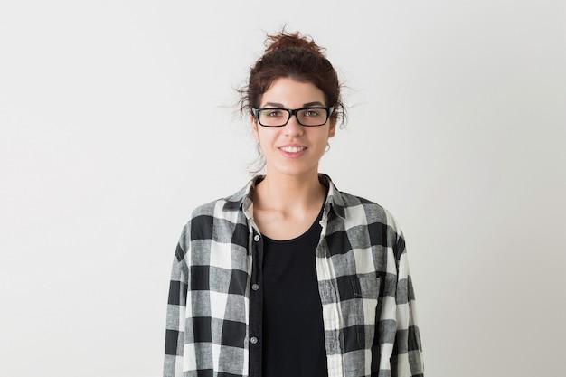分離されたポーズの眼鏡をかけている市松模様のシャツで若い流行に敏感な笑顔のきれいな女性の肖像画