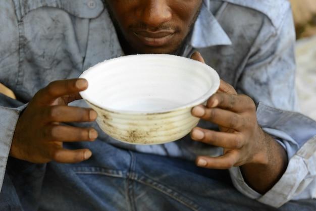 屋外の通りで若いホームレスのアフリカ人の肖像画