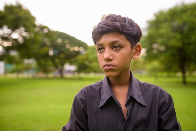 公園でリラックスしたインドの少年のポートレート