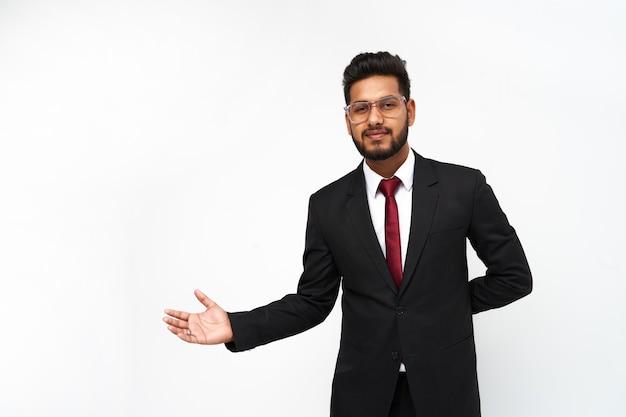 白い孤立した背景に若いインドの実業家の肖像画。