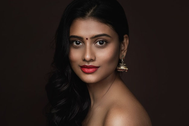 아름다운 메이크업과 헤어 스타일을 가진 젊은 인도 여자의 초상화