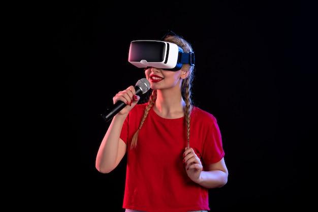 Vr을 재생하고 어두운 음악 영상 초음파 게임에서 노래하는 젊은 아가씨의 초상