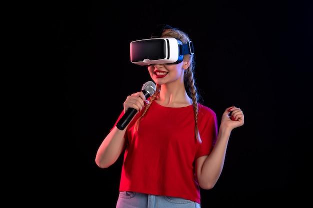 Vr을 재생하고 어두운 초음파 영상 게임에서 노래하는 젊은 아가씨의 초상