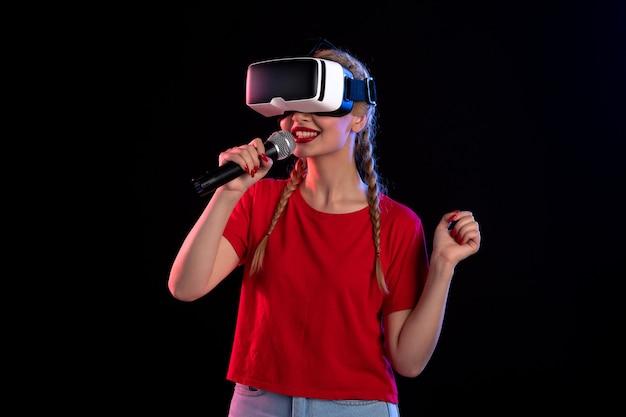 Vr을 재생하고 어두운 음악 초음파 영상 게임에서 노래하는 젊은 아가씨의 초상
