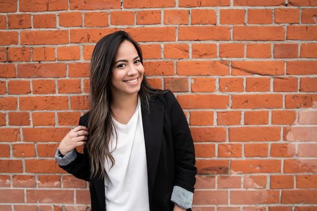 Портрет молодой латинской женщины, позирующей на открытом воздухе на улице. городская концепция.