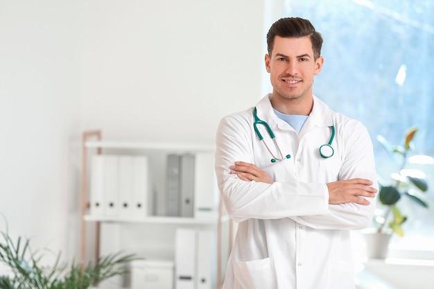 Портрет молодого мужчины-врача в клинике