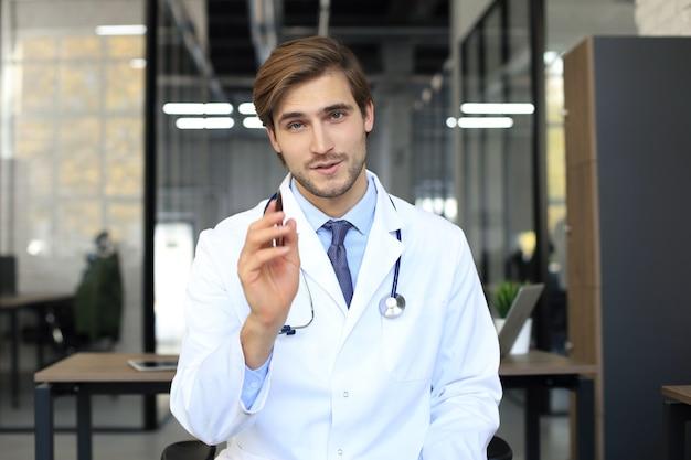 Портрет молодого мужчины-врача со стетоскопом, крупным планом