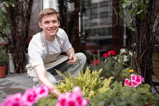 직장에서 젊은 남성 꽃집의 초상화
