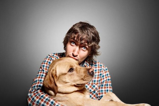 若い男と彼のかわいい犬の肖像画