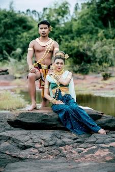 태국의 자연 속에서 아름다운 전통 의상을 입은 젊은 남녀의 초상화