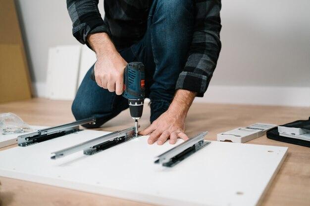 家具を組み立てる若い男の肖像画