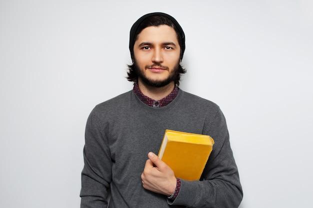 책을 들고 젊은 남자의 초상화입니다.