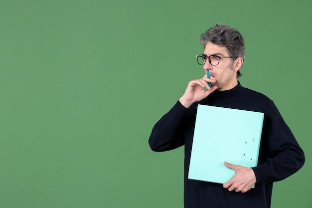 녹색 배경 교사 수업 비즈니스 작업자에 문서를 들고 젊은 남자의 초상화