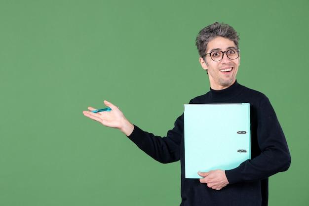 녹색 배경 비즈니스 직업 수업 교사에 문서를 들고 젊은 남자의 초상화