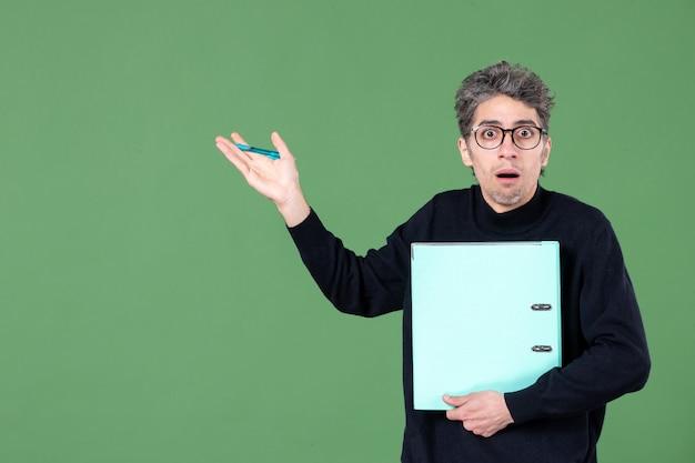녹색 배경 비즈니스 직업 수업 교사에 문서 스튜디오 촬영을 들고 젊은 남자의 초상화