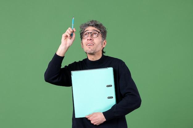 녹색 배경 비즈니스 수업 작업에 문서 스튜디오 촬영을 들고 젊은 남자의 초상화