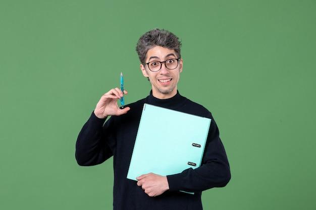 녹색 배경 비즈니스 남성 교사 직업에 문서 스튜디오 촬영을 들고 젊은 남자의 초상화