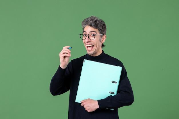 녹색 배경 비즈니스 남성 교사에 촬영 문서 스튜디오를 들고 젊은 남자의 초상화