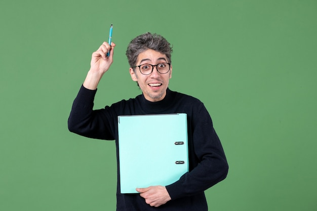 녹색 배경 비즈니스 교사 수업에 문서 스튜디오 촬영을 들고 젊은 남자의 초상화