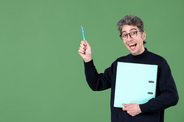 녹색 배경 비즈니스 교사 수업 작업에 문서 스튜디오 촬영을 들고 젊은 남자의 초상화
