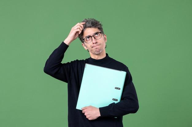 녹색 배경 작업 비즈니스 남성에 문서 스튜디오 촬영을 들고 젊은 남자의 초상화